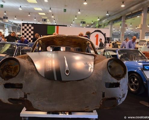 fiera Auto e Moto d'Epoca di Padova Stand di Corato Alonso primopiano del rottame barn find di Porsche 356