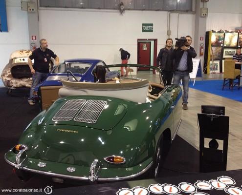 fiera Auto e Moto d'Epoca di Padova Stand di Corato Alonso con tv che riprende la modella su Porsche 356
