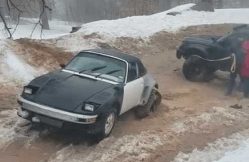 [VIDEO virale] Porsche 911 estrae dal fango un pick up Toyota